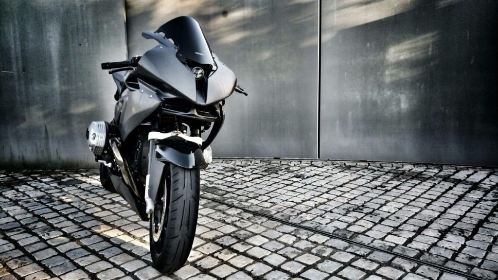 Reinterpretazione di una BMW R1200s, carena custom in carbonio, finitura opaca